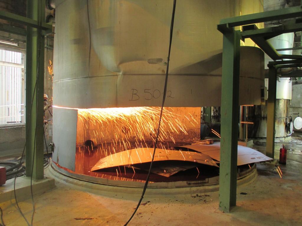 Demontage 130m³ Niro Lagertank 05
